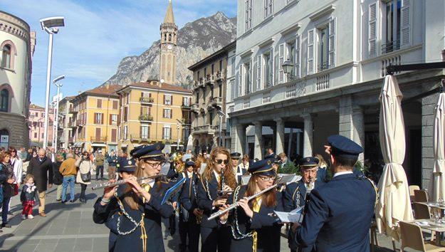 La banda musicale Manzoni apre il corteo